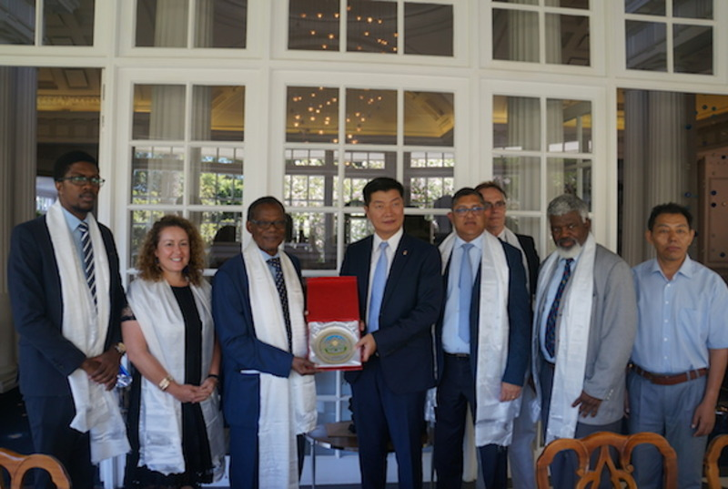 CTA President Dr Lobsang Sangay presenting a memento to Prince Mangosuthu Buthelezi, President and Founder of Inkatha Freedom Party, South Africa upon his arrival. Photo: DIIR/CTA