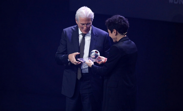 Richard Gere receives the Honorary Award of the German Sustainability Awards 2019. (Photo courtesy: Florian Ebener/Getty Images Europe)