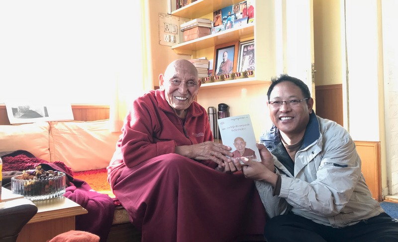 Yeshe Choesang, editor of the Tibet Post International with Ven Palden Gyatso, Tibetan political prisoner, at residence in Dharamshala, India, in January 2018. Photo: TPI/Yangchen Dolma