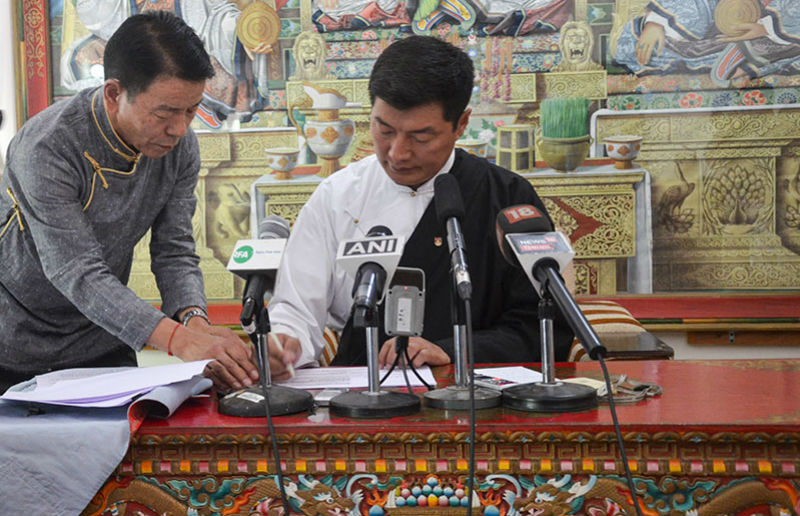 President Dr Lobsang Sangay signing Tibetan parliament's Electoral Amendments into Law, at a press conference in Dharamshala, India, on October 3, 2018. Photo: TPI/Yangchen Dolma