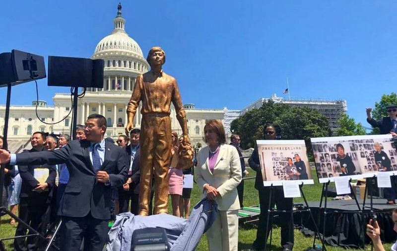 Nancy Pelosi and Chinese dissident Yang Jianli unveil the Tank Man statue at the West Lawn of the U.S. Capitol in Washington DC, USA. June 4, 2019. Photo: DIIR/CTA