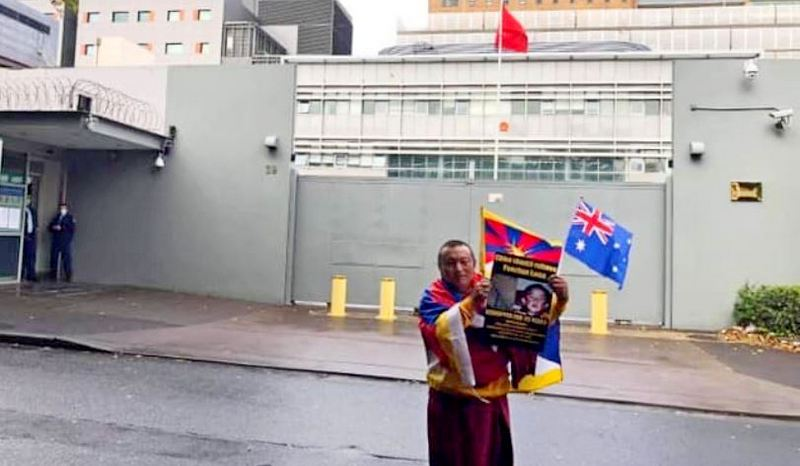 Bagdro, the former political prisoner began a solo protest in front of the Chinese consulate in Sydney, Australia, May 26, 2020. Photo: TPI